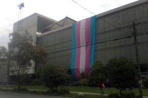 Bandera Trans en el edificio de la municipalidad de Recoleta