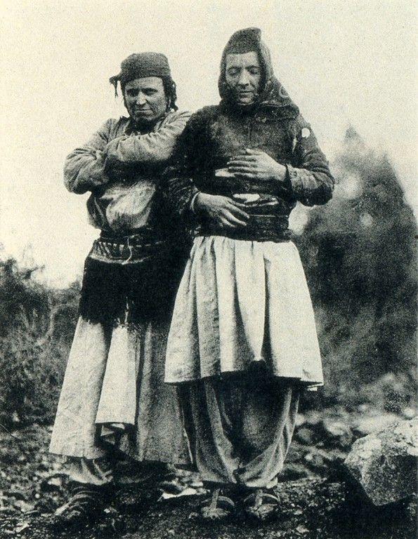 Una Virgen Jurada en Mirdita con su amiga (Foto: Carleton Coon 1929)